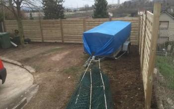 Pose d'une clôture en panneaux bois